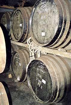 Nur in Eichenfässern: Erst ab drei Jahren Lagerung darf sich Whisky Whisky nennen