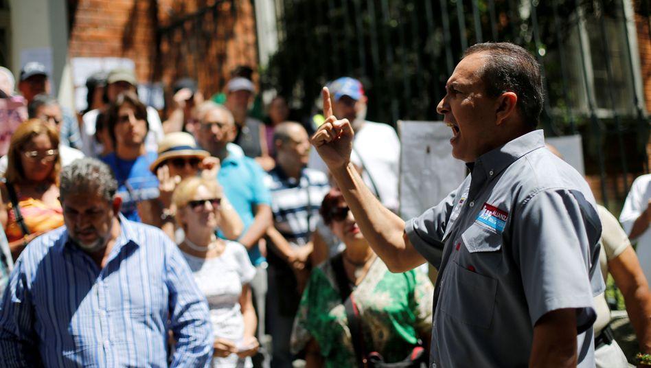 Richard Blanco spricht vor Anhänger in Caracas (Juli 2017)