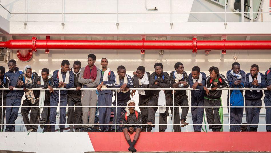"""Flüchtlinge an Bord des Rettungsschiffs """"Vos Prudence"""" der NGO Ärzte ohne Grenzen"""
