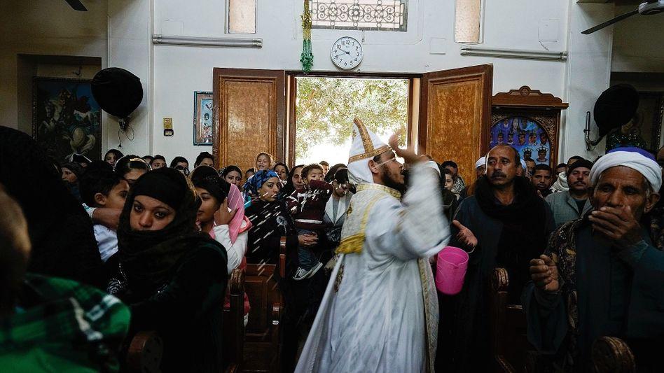 Priester Makar in der alten Kirche von El-Or: »Wir Kopten sind ohne Furcht«