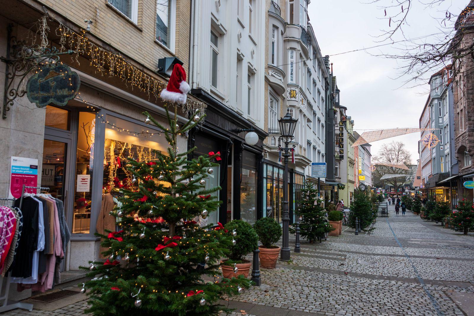 Kiel, 08. Dezember 2020 In der Innenstadt von Kiel gibt es einen Weihnachtsmarkt-light, der mit sehr wenigen Ständen, ei