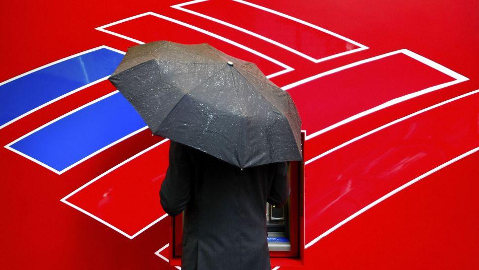 Kunde an einem Geldautomat der Bank of America: Jetzt müssen auch Manager gehen