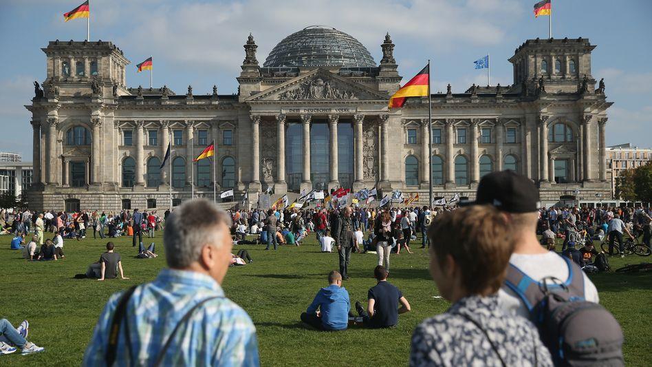 Bürger vor dem Reichstagsgebäude: Offene Ausschüsse für alle?
