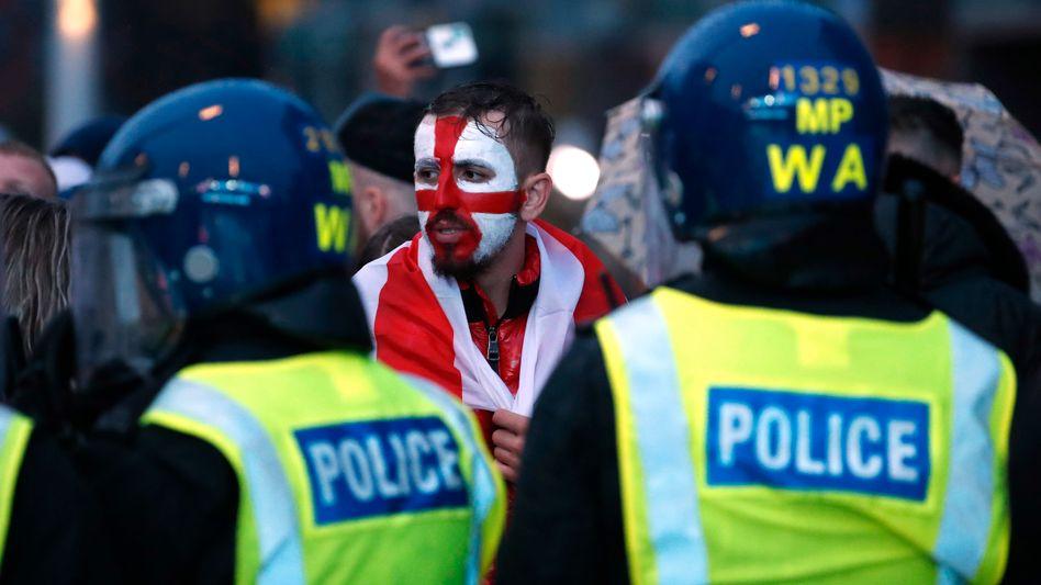 Englischer Fan und Polizisten außerhalb des Wembley-Stadions am Finaltag