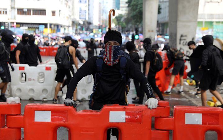 Demonstranten errichten Straßensperren