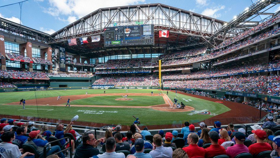 Das Baseball-Team der Texas Rangers hat im neuen Stadion in Arlington vor mehr als 40.000 Fans gespielt