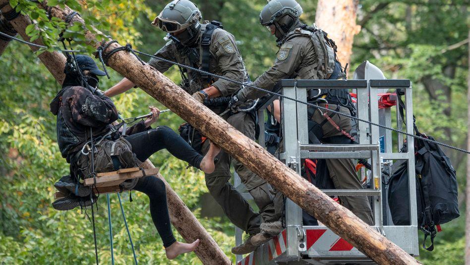 Einsatz im Dannenröder Forst: Aktivistin weigerte sich, die Barrikade zu verlassen