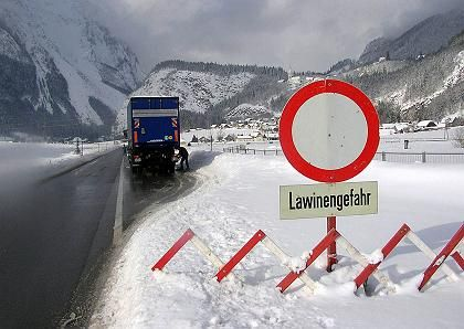 Gesperrte Straße in Österreich (Archiv): Tausende Urlauber in Ski-Orten eingeschlossen