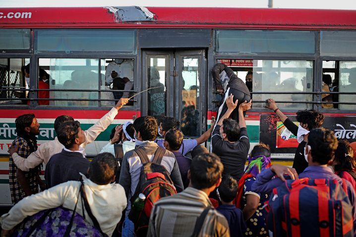 Bloß raus aus Delhi: Wanderarbeiter flüchten vor Ansteckung und Arbeitslosigkeit - an 1,5-Meter Abstand ist nicht zu denken