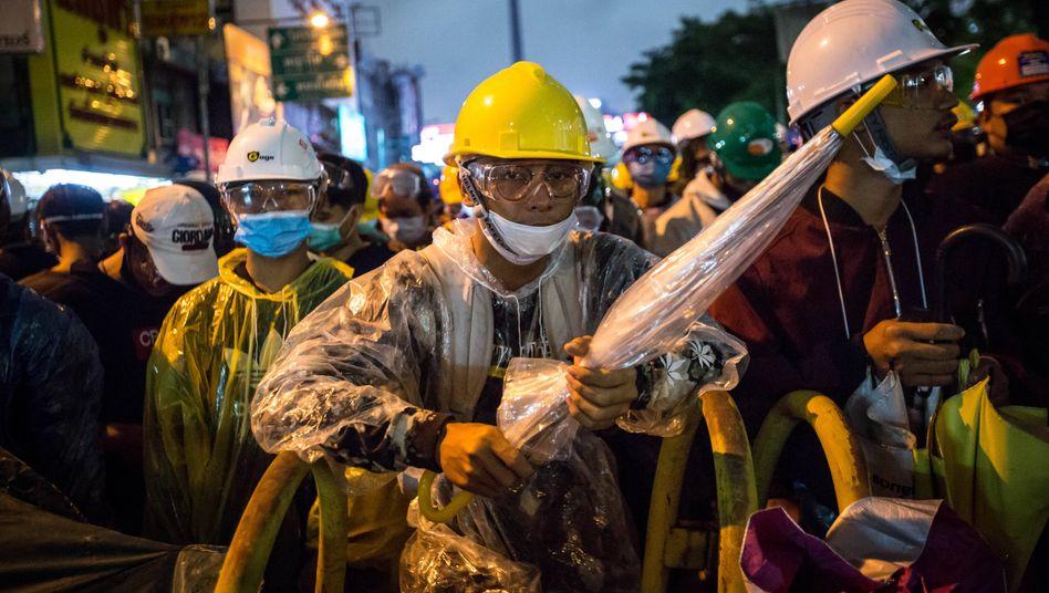 Protestierende in Bangkok am 18. Oktober halten Regenschirme in den Händen - ein Verweis auf die Proteste in Hongkong, wo die Schirme zum Symbol der Demonstranten geworden sind
