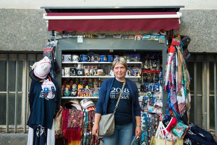 Marianna Menschekowa an ihrem Verkaufsstand im Zentrum von Sankt Petersburg in der Nähe des Palastplatzes am Bogen des Generalstabs
