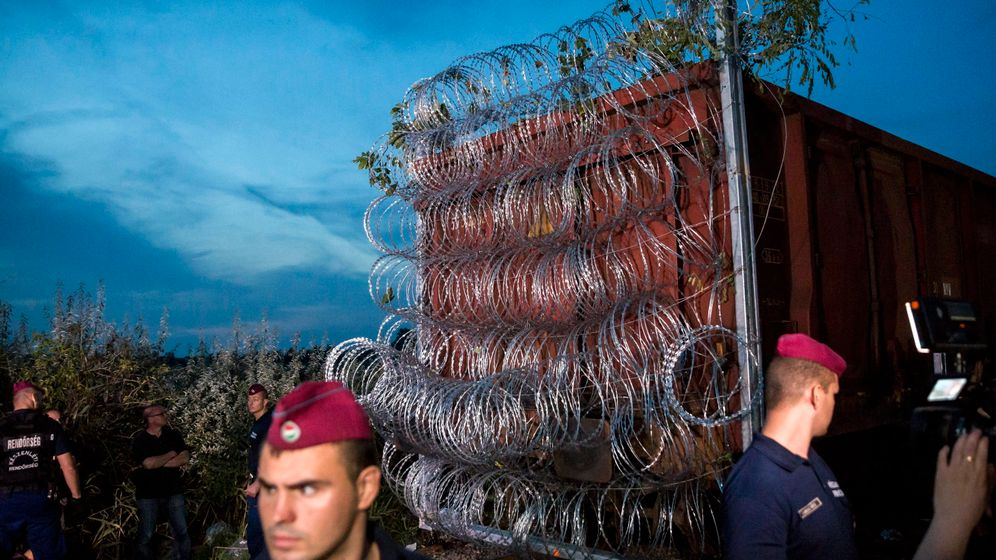 Ungarns Grenzzaun: Wand aus Stacheldraht