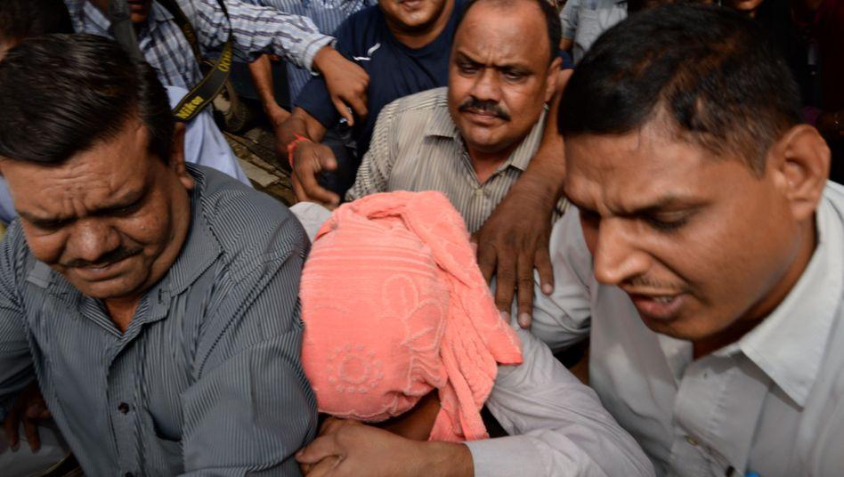 Verurteilter Angeklagter (Mitte, verdeckt): Bei der Vergewaltigung noch 17 Jahre alt