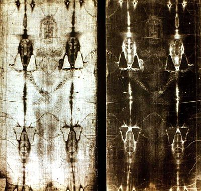 Positiv- und Negativbild des Turiner Grabtuchs: Zeigt die Reliquie das Antlitz Christi?