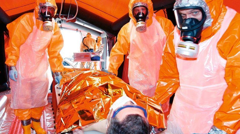 Dekontaminations-Übung in Münster 2009: Die Ersatzkleidung liefert der Otto-Versand