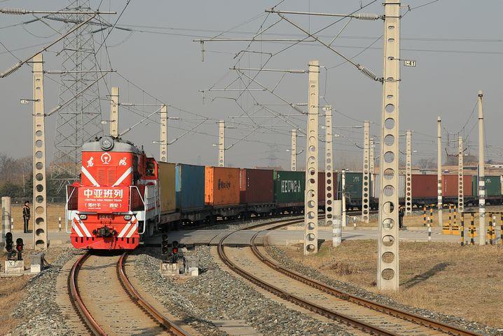Zug auf der Seidenstraßen-Strecke