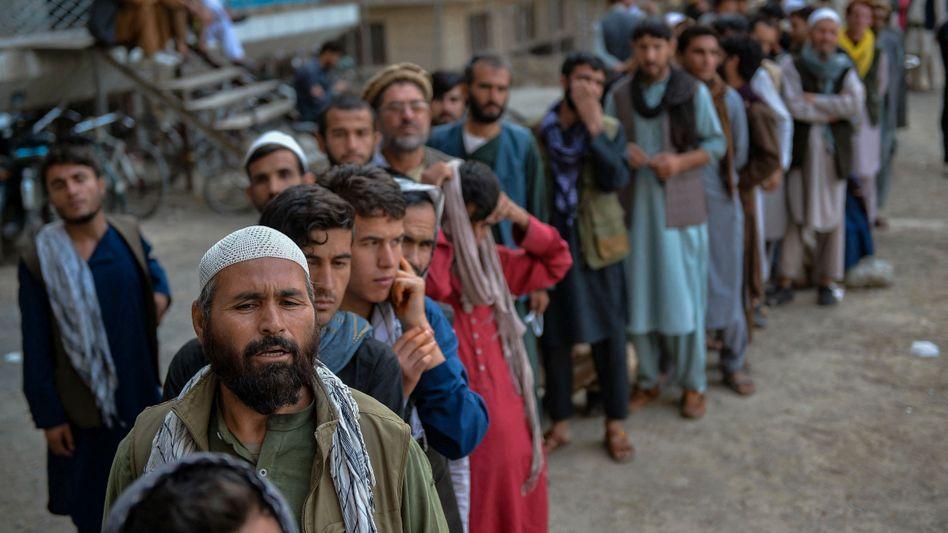 Warteschlange vor einer Bank in Kabul: »Eine Wirtschaft, die nicht auf eigenen Beinen stehen kann«