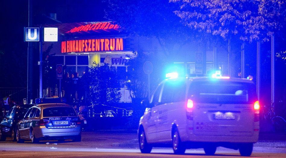 Polizeifahrzeuge vor dem Olympia-Einkaufszentrum in München