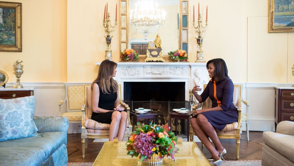 "Michelle Obama (r.) und Melania Trump beim Tee im ""Yellow Oval Room"""