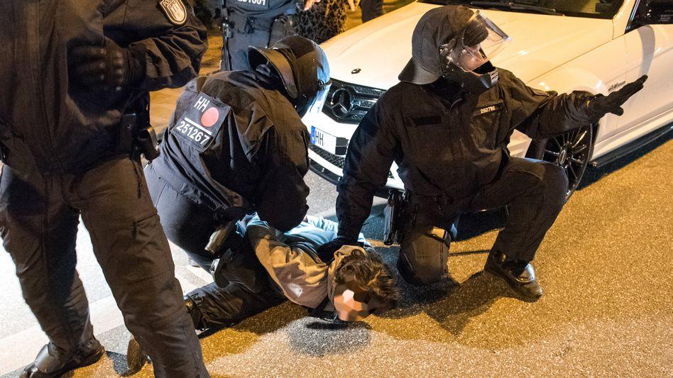 Szene vom Wochenende: Polizisten nehmen am Zugang zum Schanzenviertel einen Mann in Gewahrsam