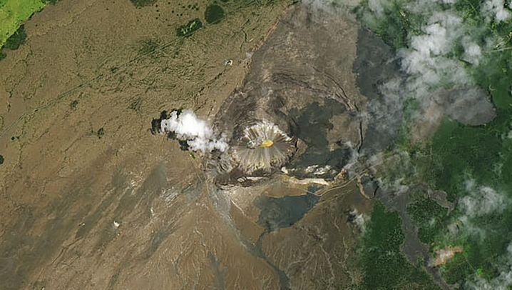 Die Aufnahme des Halemaumau-Kraters im Mai 2019 ist links zu sehen. Rechts hingegen ein Jahr später mit dem darin entstandenen See.