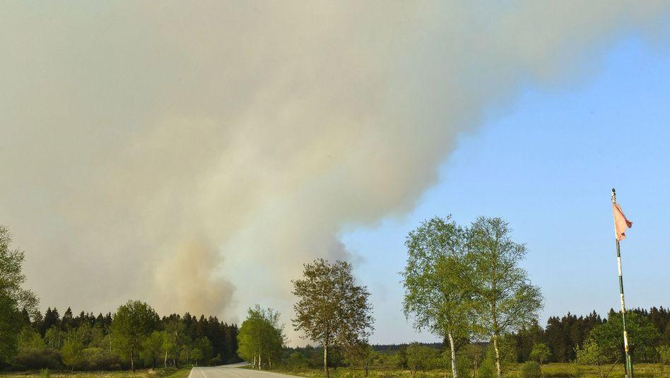 Eine Rauchsäule steigt über dem Naturschutzpark Hohes Venn in Belgien auf.