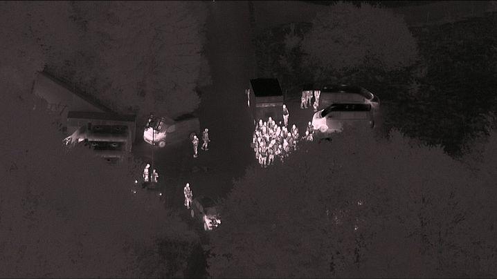 Nachtbild vom Polizeieinsatz: Für das gut gesicherte Gelände waren Spezialkräfte nötig