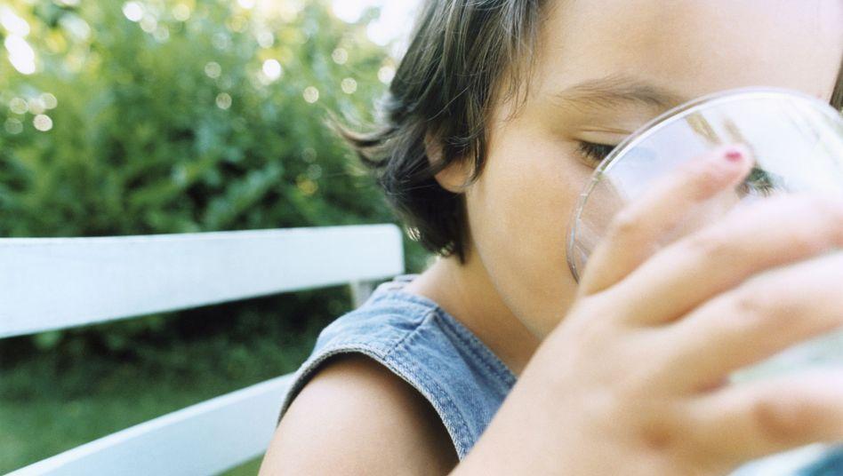 Trinkendes Mädchen: Süße Limo oder einfaches Wasser?