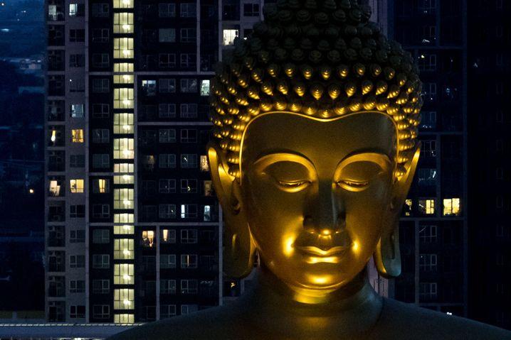 Eine 69 Meter hohe Buddha-Statue am Tempel Wat Paknam Phasi Charoen in Bangkok