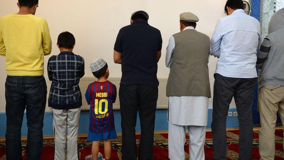 Muslime beim Gebet: Anerkennung für die Ahmadiyya