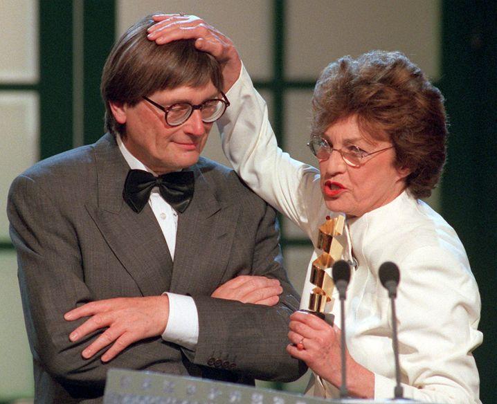 Heinz Badewitz 1998 bei der Verleihung des Goldenen Filmbands für herausragende Verdienste um den deutschen Film (mit Nicole Heesters)