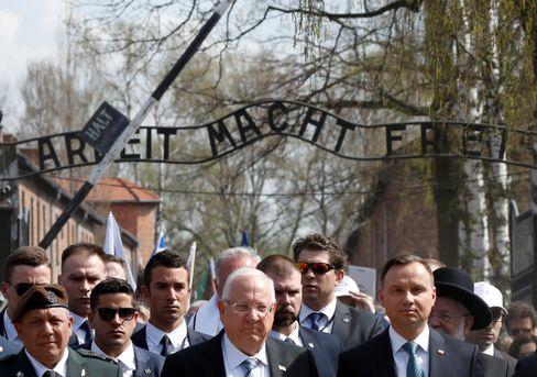 Israels Präsident Rivlin (M.) 2018 im ehemaligen KZ Auschwitz