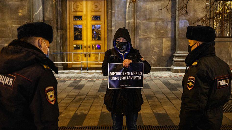 Protest eines Nawalny-Anhängers vor dem Hauptquartier des russischen FSB in Moskau.