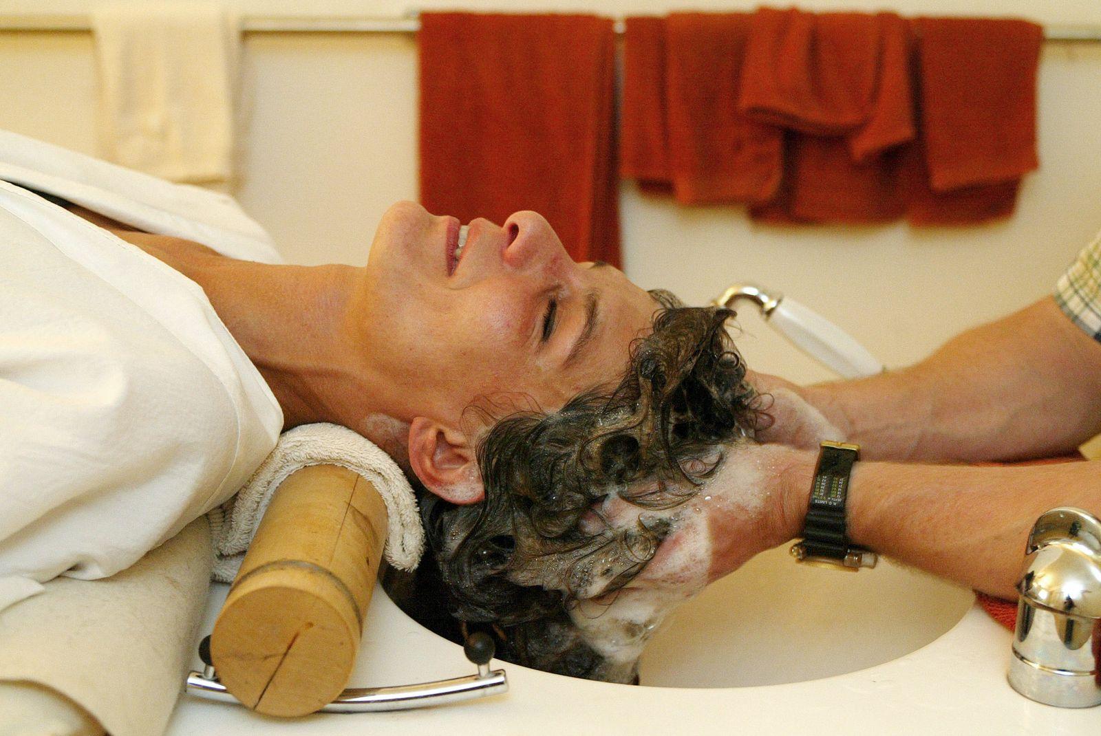 NICHT VERWENDEN SYMBOLBILD Haare waschen