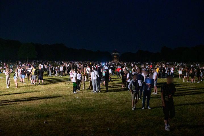 Partygänger im Scheinwerferlicht der Polizei. Die Stadtpark-Wiese in Hamburg wurde wenig später geräumt