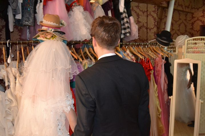 Auf Kostümsuche: Meilin und Wolker beim chinesischen Hochzeitsfotografen.