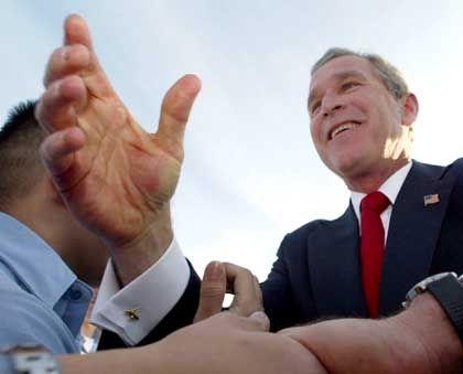 """Bush auf der """"USS Abraham Lincoln"""": """"Wir haben die Quelle zur Finanzierung des Terrors ausgetrocknet"""""""