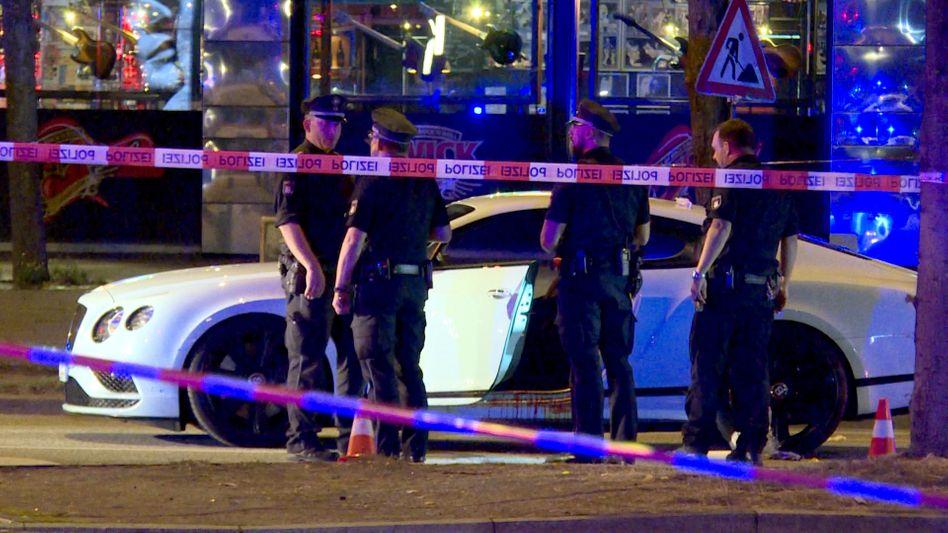 Polizisten neben einem Auto auf dem Millerntorplatz (Archiv)