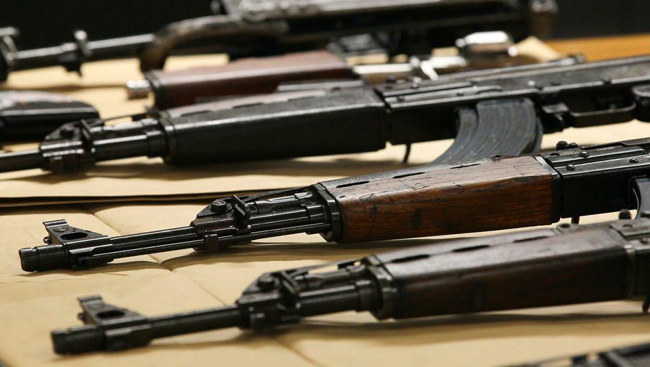 In Brüssel beschlagnahmte Kalaschnikow-Gewehre
