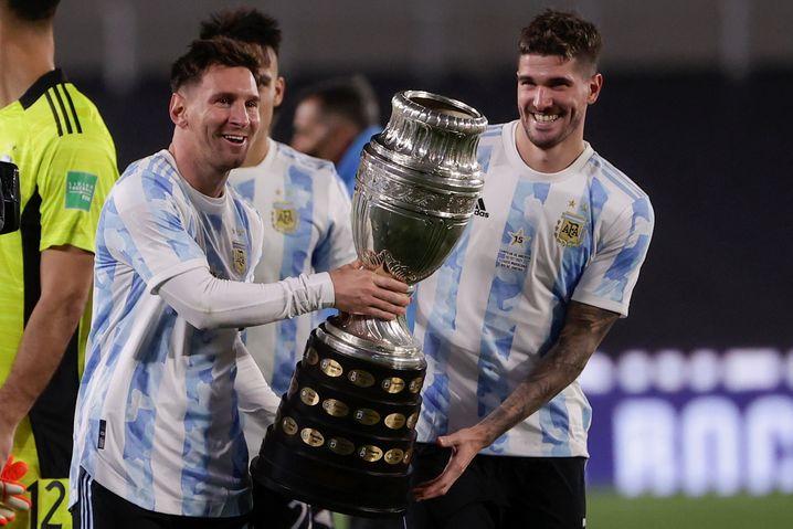 Da ist das Ding: Messi und die Copa-Trophäe