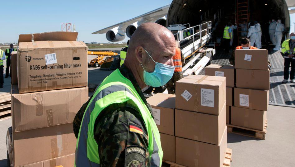 Maskentransport aus China im April 2020 auf dem Flughafen Leipzig-Halle