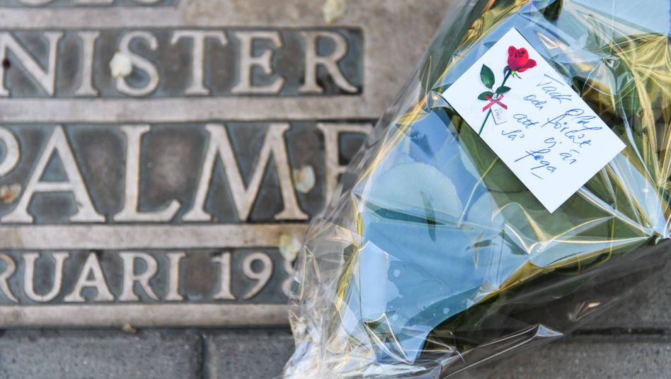 Blumen auf einer Gedenktafel für Olof Palme in Stockholm