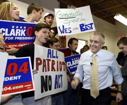 Kandidat Wesley Clark mit Helfern: Urlaub nehmen für die Kandidaten