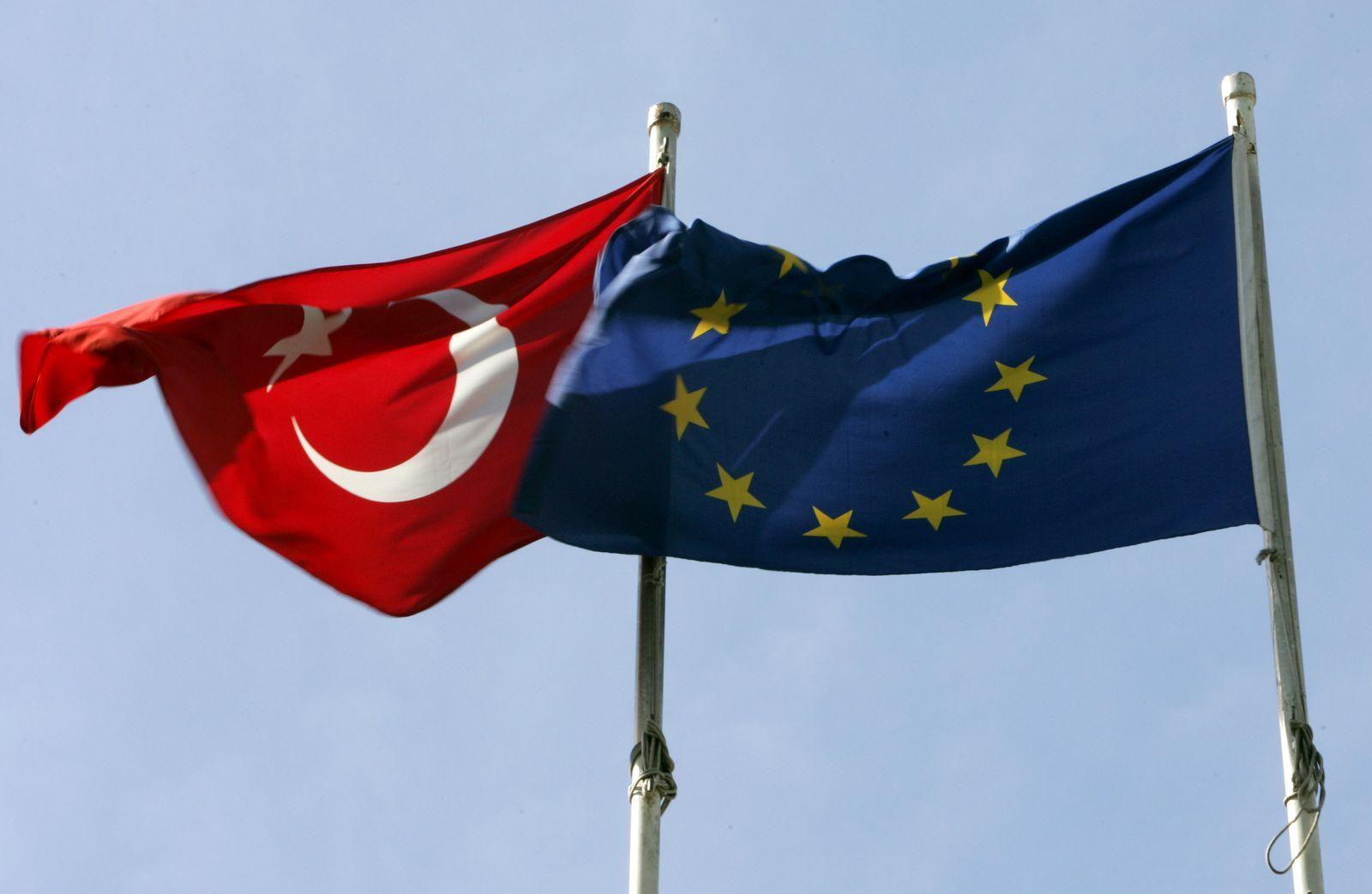 Türkei- und Europaflaggen