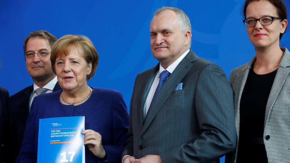 Kanzlerin Merkel (2.v.l.), Sachverständigenrats-Chef Schmidt (2.v.r.)