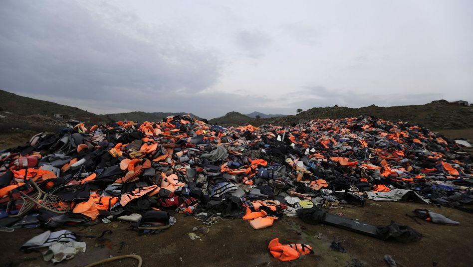 Rettungswesten von Flüchtlingen auf Lesbos