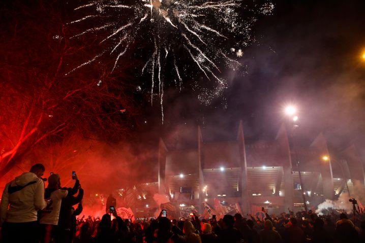 Pariser Anhänger zündeten während des Spiels vor dem Stadion zahlreiche Feuerwerkskörper