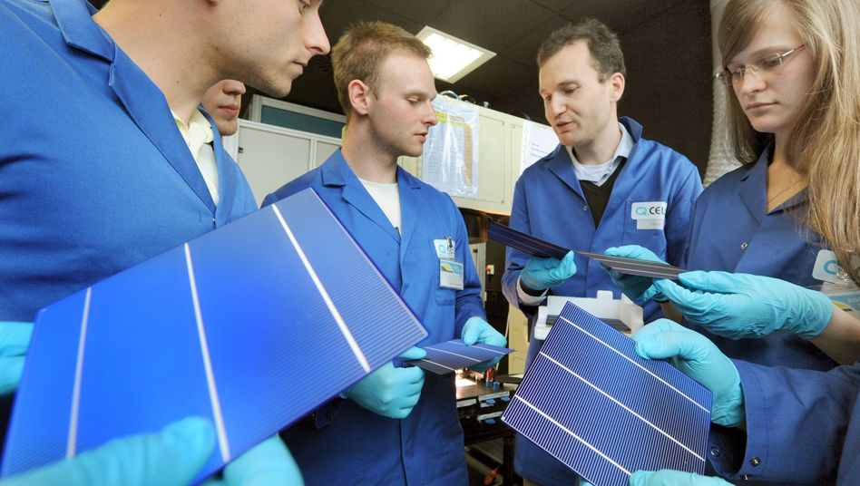 Grüne Spezialisten im Blaumann: Photovoltaik-Studenten bei Q-Cells in Thalheim
