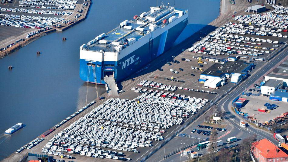 Autos aus Deutschland warten in Bremerhaven auf den Export in die USA