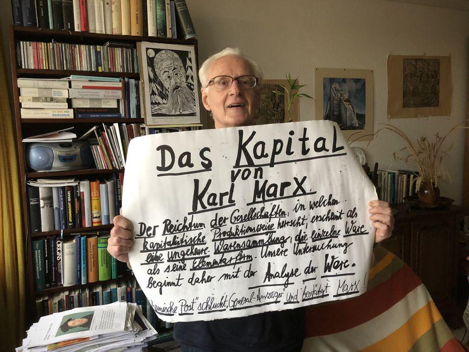 """Düllmann mit selbstgebasteltem Plakat: """"Wir testen die deutsche Justiz"""""""